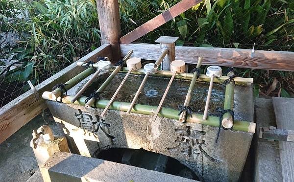 伊居太神社で手を洗う