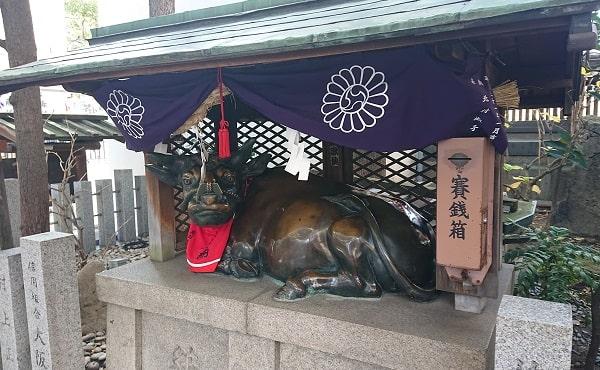 露天神社の神牛舎