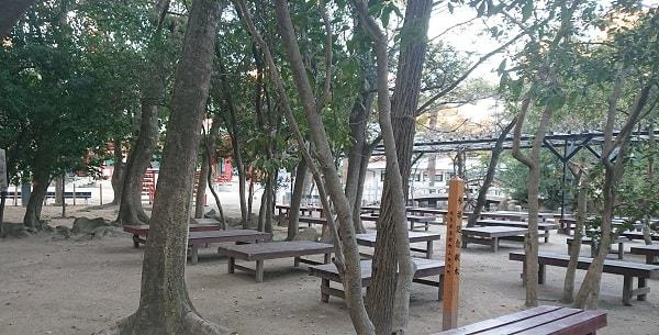 西宮神社の境内のベンチ