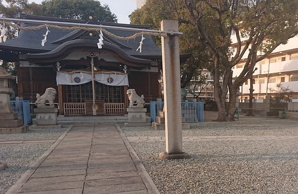 神明八幡神社の境内