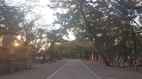 夕方の西宮神社の境内