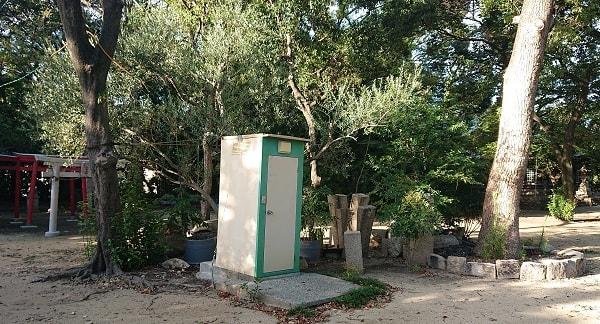 神社の簡易トイレ